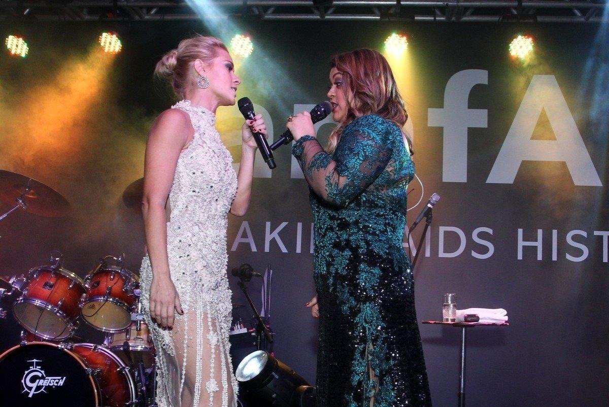 4.out.2013 - Carolina Dieckmann e Preta Gil cantam juntas no baile da amfAR, no Copacabana Palace, no Rio