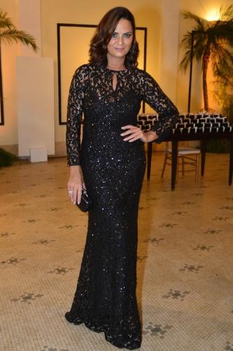 4.out.2013 - Elegante, Luiza Brunet prestigia baile da amfAR, no Copacabana Palace, no Rio