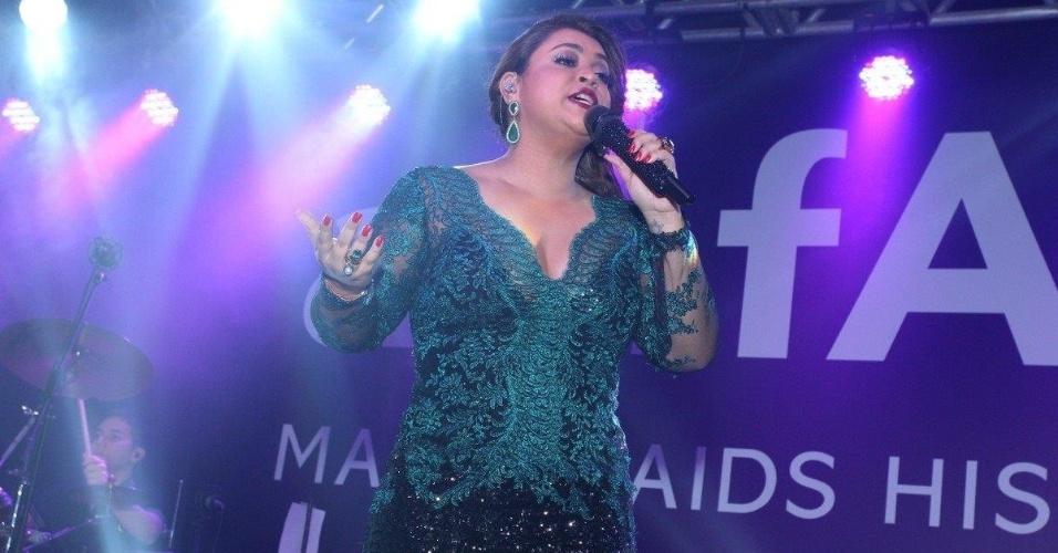 4.out.2013 - Preta Gil se apresenta em baile da amfAR, no Copacabana Palace, no Rio