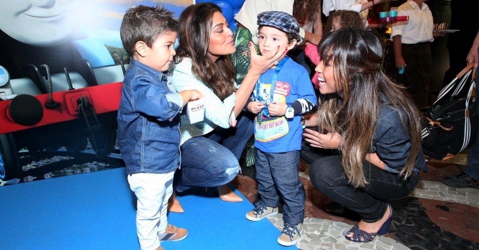 5.out.2013 - Juliana Paes com o filho Pedro e Dani Suzuki com o seu Kauai na pré-estreia do filme