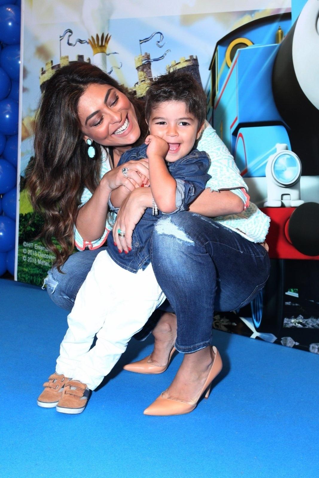 5.out.2013 - Juliana Paes leva o filho Pedro a pré-estreia do filme
