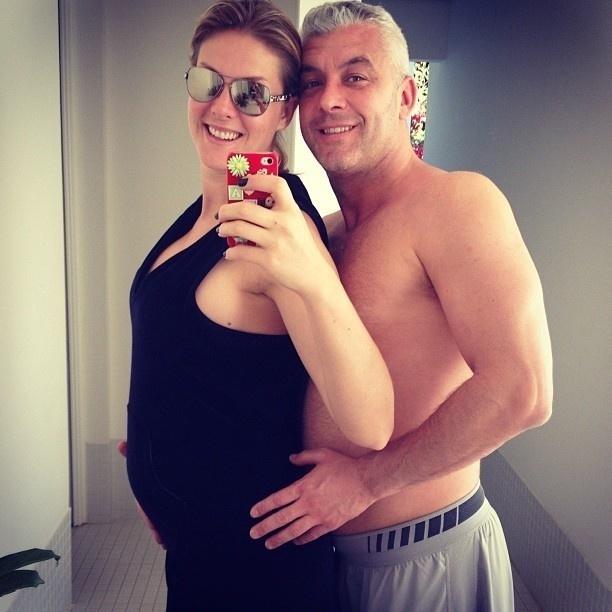 Ana Hickmann exibindo a barriguinha de quatro meses ao lado do marido, o empresario Alexandre Correa