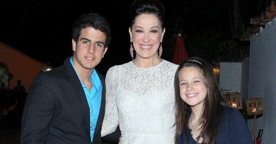 5.out.2013 - Claudia Raia levou os filhos Enzo e Sofia para comemorar os 50 anos de casamento do casal Tarcísio Meira e Glória Menezes
