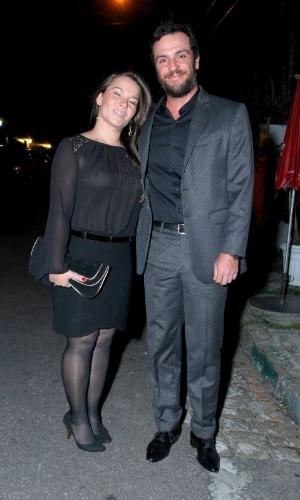 5.out.2013 - O ator Rodrigo Lombardi e a esposa foram parabenizar o casal Tarcísio Meira e Glória Menezes pelos 50 anos de casamento