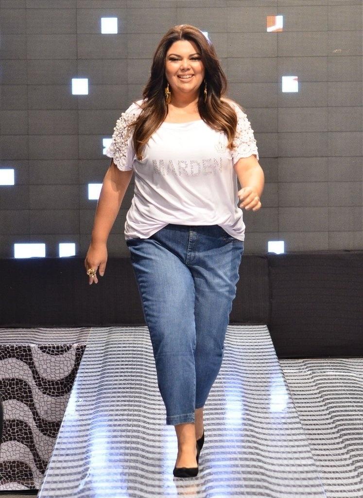 """6.out.2013 - A atriz Fabiana Karla, a Perséfone de """"Amor à Vida"""", abre temporada de desfiles em Maringá/PR e desfila para moda Plus Size"""