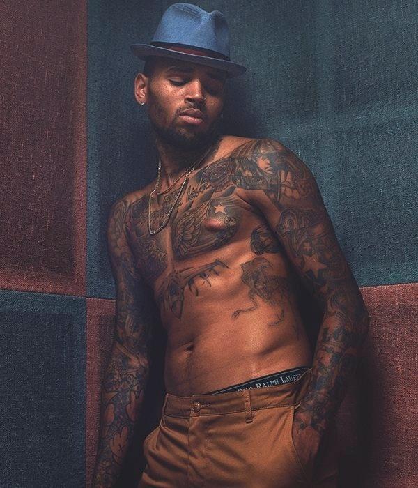 Chris Brown é fotografado para retrato em matéria no jornal
