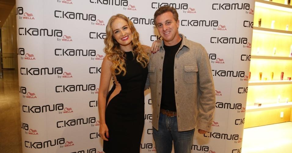 5.out.2013 - Angélica inaugurou um salão de beleza em sociedade com o hair stylist Celso Kamura no Rio. Luciano Huck compareceu ao evento