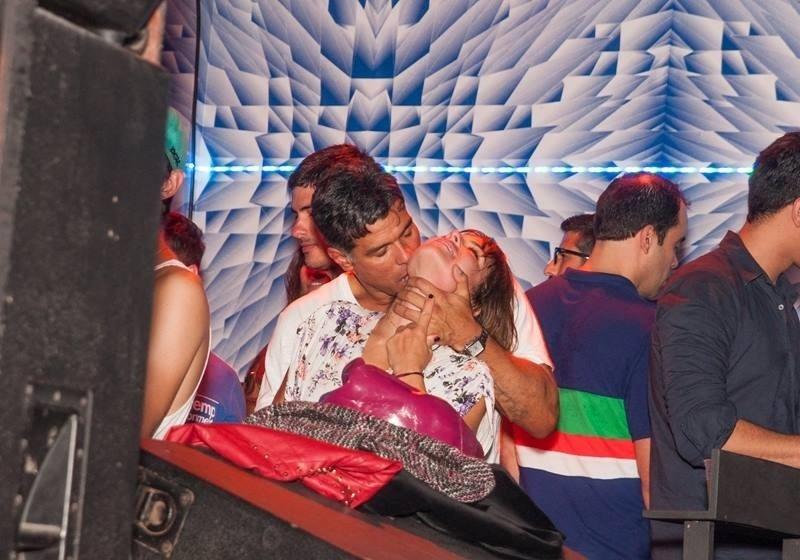 5.out.2013 - Maurício Mattar trocou beijos com a namorada, Bianca Andrade, em festa no Rio