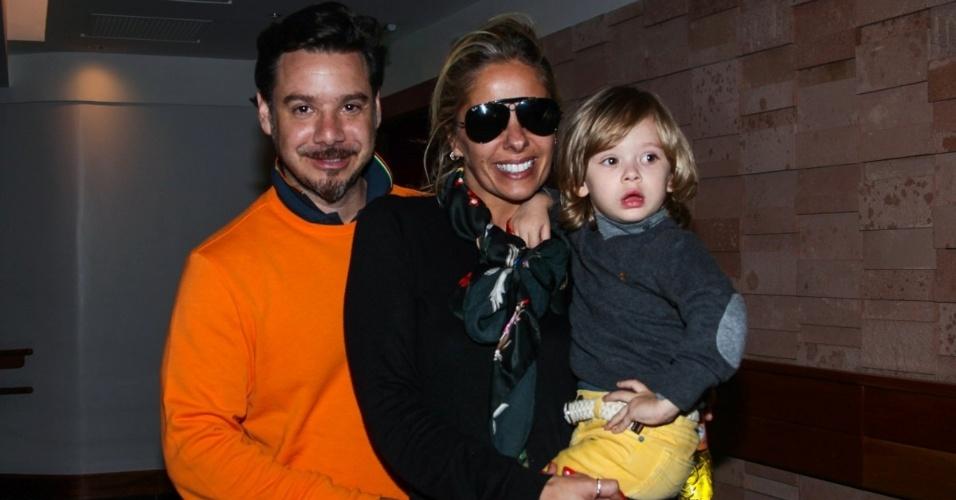6.out.2013 - A apresentadora Adriane Galisteu e seu marido, Alexandre Iódice, levam o filho Vittorio para assistir ao espetáculo