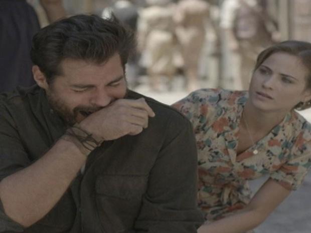 """Em """"Joia Rara"""", Hilda tenta consolar Toni ao vê-lo chorando"""