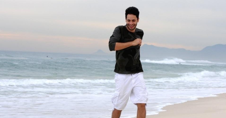 """4.out.2013 - Rainer Cadete posa na praia da Barra, na zona oeste do Rio. O ator interpreta o advogado Rafael em """"Amor À Vida"""", da Globo. Ele participou da Oficina de Atores da Globo e do curso de formação profissional de atores na Casa de Artes de Laranjeiras"""