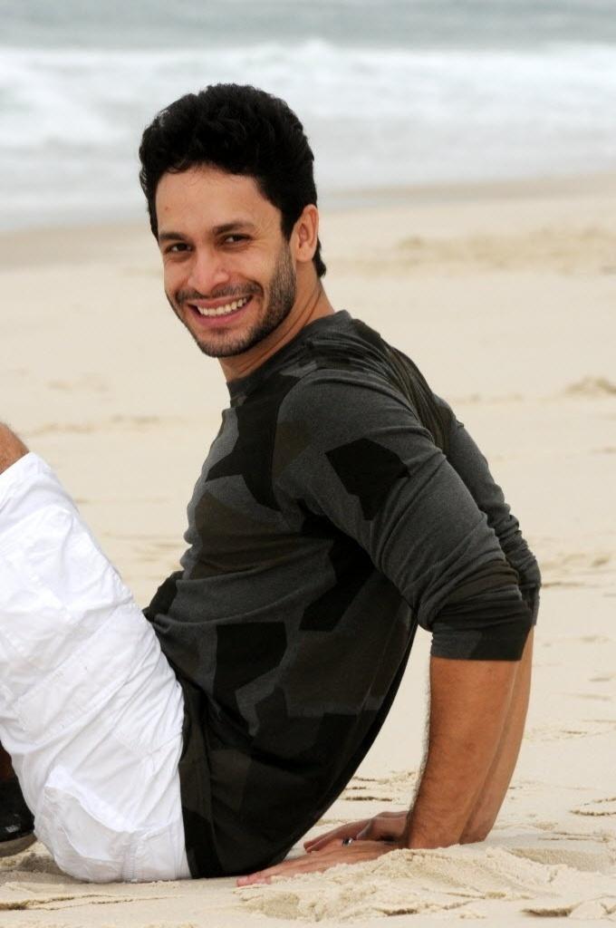4.out.2013 - Rainer Cadete posa na praia da Barra, na zona oeste do Rio. O ator tem 26 anos e nasceu em Brasília