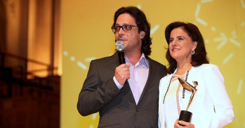 7.ou.2013 - A atriz Marieta Severo é premiada por Lúcio Mauro Filho na 18ª edição do Prêmio Claudia, em São Paulo