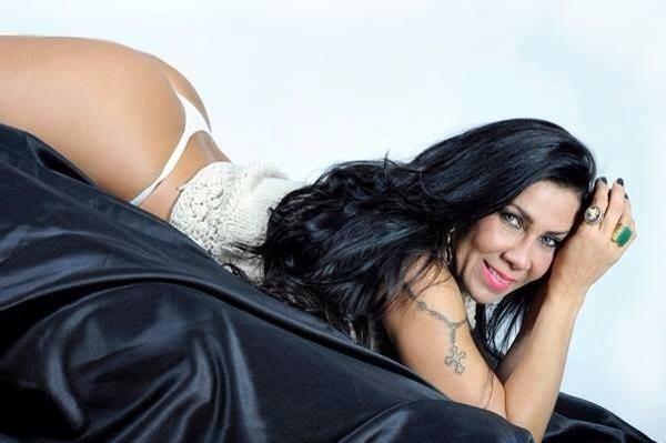 8.out.2013 - Denize Taccto, ex-mulher de Gerson Brenner, fez ensaio sensual vestindo lingerie