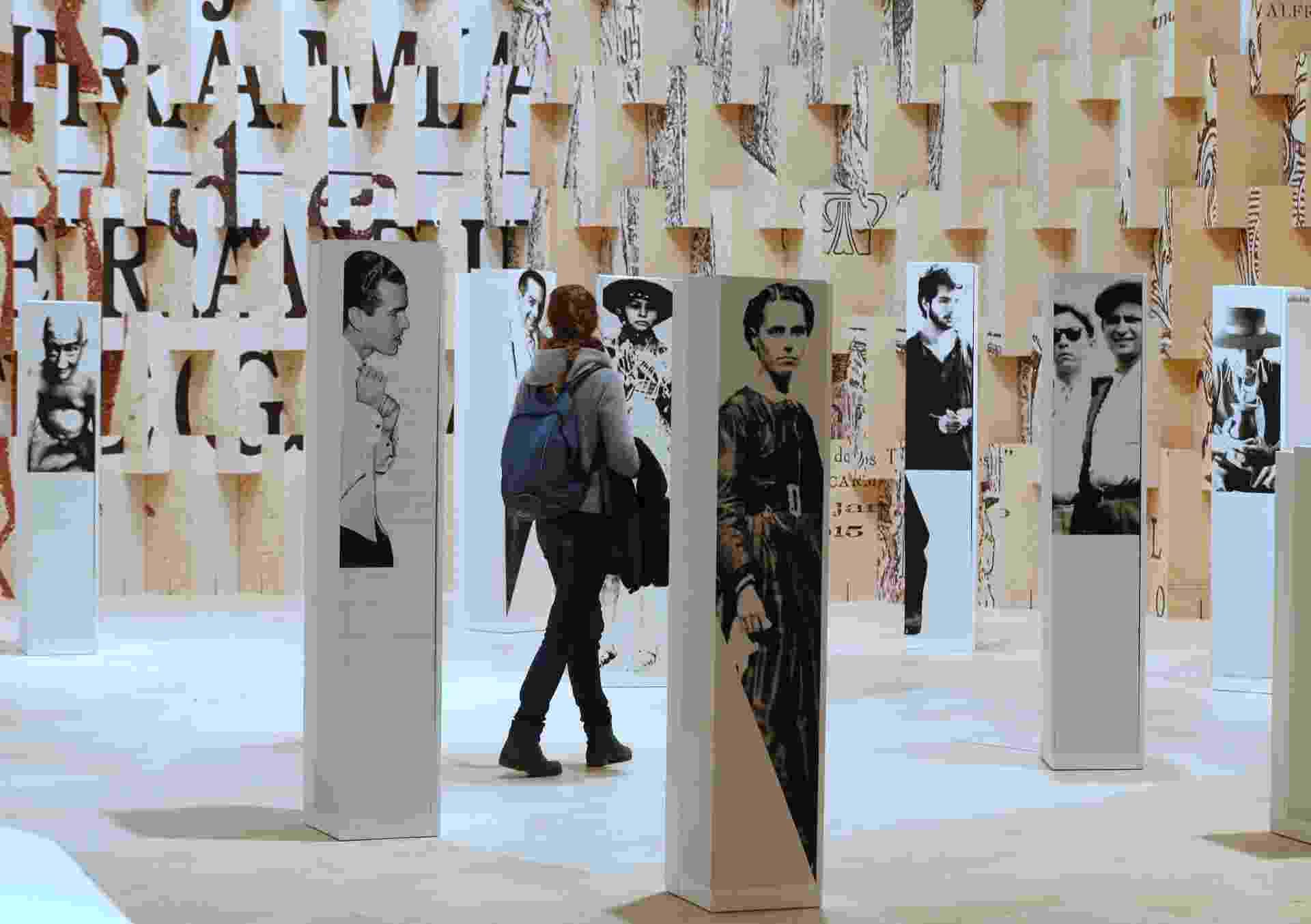 8.out.2013 - Visitantes conhecem stands brasileiros durante abertura para a imprensa da Feira Literária de Frankfurt 2013. O evento ocorre de 9 a 13 de outubro - REUTERS/Ralph Orlowski