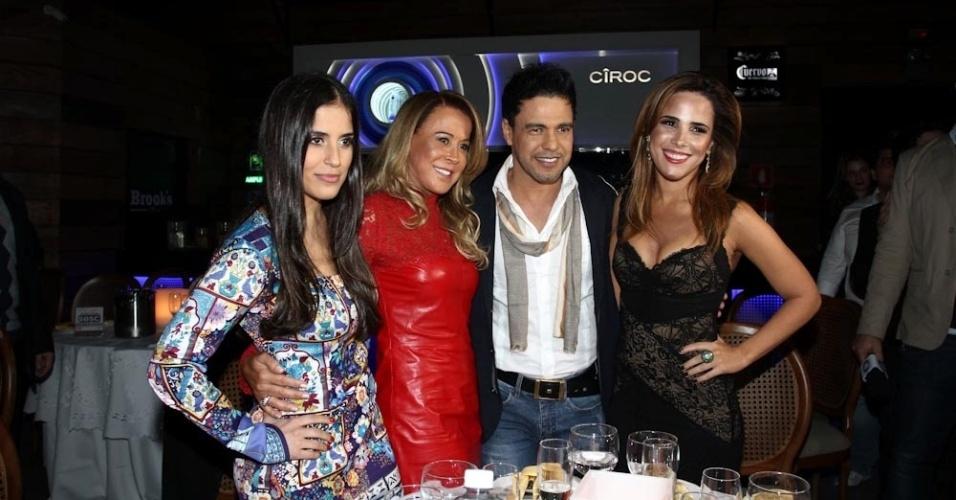 8.out.2013 - Zilu posa com as filhas Camila e Wanessa e o ex-marido Zezé di Camargo