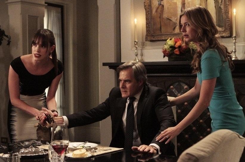 """Charlotte Clarke (Christa B. Allen), Conrad Grayson (Henry Czerny) e Emily (Emily VanCamp) em cena da terceira temporada de """"Revenge"""""""