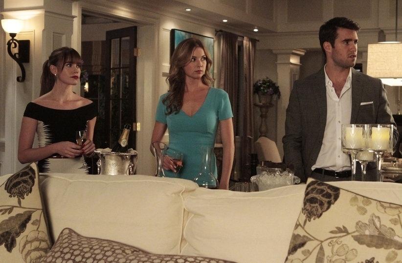 """Charlotte Clarke (Christa B. Allen),  Emily (Emily VanCamp) e  Daniel (Josh Bowman) em cena da terceira temporada de """"Revenge"""""""
