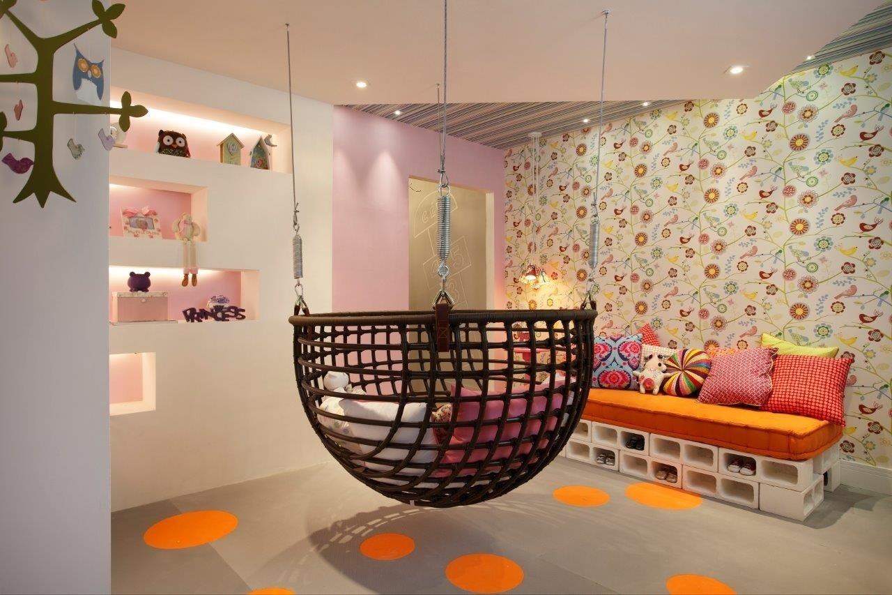 No Quarto da Bebê, criado por Márcia Martinez e Ândrea Fricks, um sofá-cama foi montado com 22 blocos de concreto pintados de branco, organizados, empilhados e cobertos por colchão - que pode ser substituído por um futon - e por almofadas coloridas. Detalhe: o revestimento de uma das paredes e do forro com papéis de parede