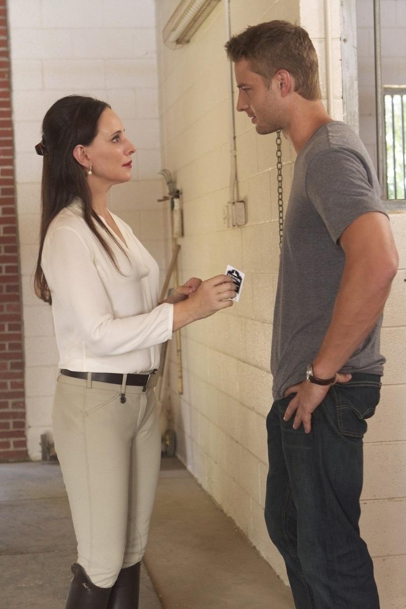 """Na terceira temporada de """"Revenge"""", Victoria Grayson (Madeleine Stowe) recupera o tempo perdido com a volta de Patrick Harper (Justin Hartley), seu filho desaparecido"""
