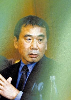 O escritor japonês Haruki Murakami durante entrevista coletiva, em Praga, na República Tcheca, em 2006 - Petr Josek/Reuters