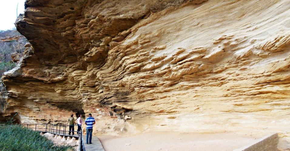 O turista pode passar dias só explorando as pinturas rupestres espalhadas pela Serra da Capivara, que geralmente ficam em abrigos sob rocha