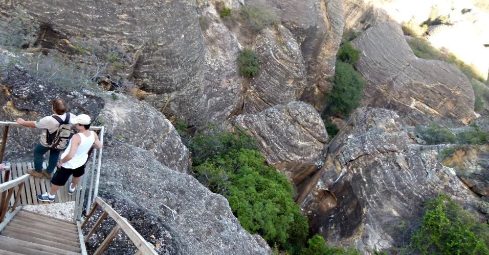 Turistas visitam o Baixão das Andorinhas, que exibe belos cânions na Serra da Capivara