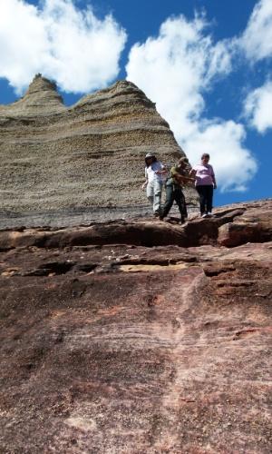 Viajantes fazem trilha pela paisagem rochosa do Parque Nacional Serra da Capivara, no Piauí