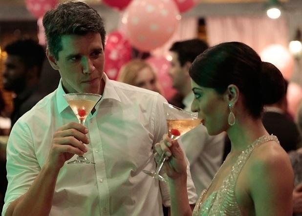 """09.out.2013- Em """"Amor à Vida"""", Guto dá em cima de Silvia no casamento de Pérsefone"""