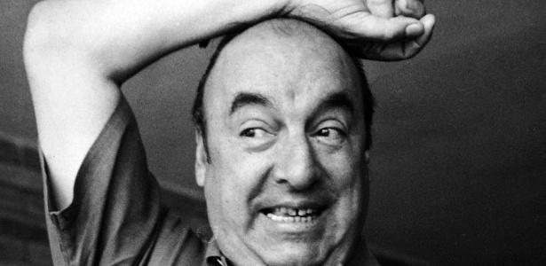 """O poeta Pablo Neruda posa para foto com ave em 1953; imagem integra o livro """"Reportagem Incompleta"""", de Zélia Gattai - Fundação Casa de Jorge Amado/Divulgação"""