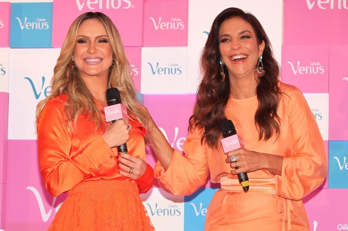 9.out.2013 - Com as pernas de fora, Claudia Leitte e Ivete Sangalo falam no lançamento de campanha de um produto de beleza, no WTC Hotel, em São Paulo