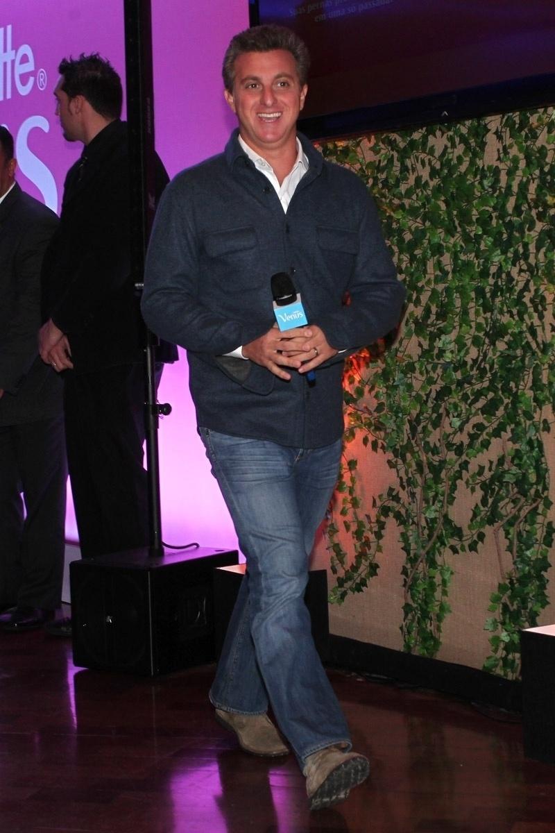 9.out.2013 - Luciano Huck participa de lançamento de campanha de uma marca de produtos de beleza com Ivete Sangalo e Claudia Leitte, no WTC Hotel, em São Paulo