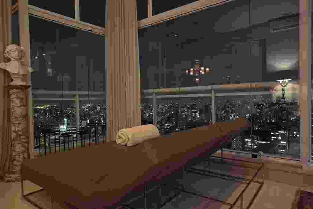 As janelas envidraçadas possibilitam a contemplação da linda visão de São Paulo, seus arranha-céus e suas luzes. A varanda envidraçada foi concebida para ser um recanto relaxante, especialmente criado para apreciar a paisagem. O projeto de reforma leva a assinatura do designer de interiores Oscar Mikail - Thiago Travesso/ Divulgação