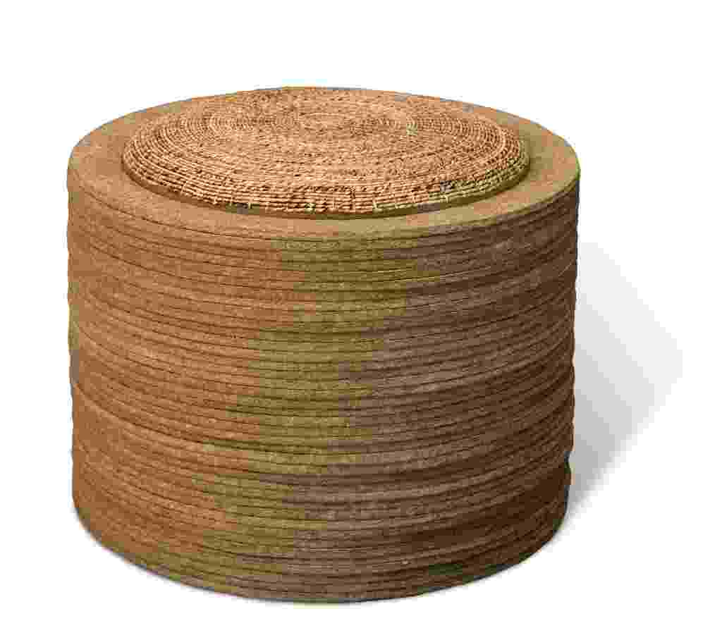 Criação do designer Domingos Tótora, o pufe Dorora é produzido por um processo é 100% manual a partir de papel kraft reciclado. O material é desmanchado, formando uma massa de celulose que, após adição de cola, é moldada e impermeabilizada. A peça, que tem assento em fibra de bananeira, custa R$ 2.400 na Dpot (www.dpot.com.br) - Divulgação