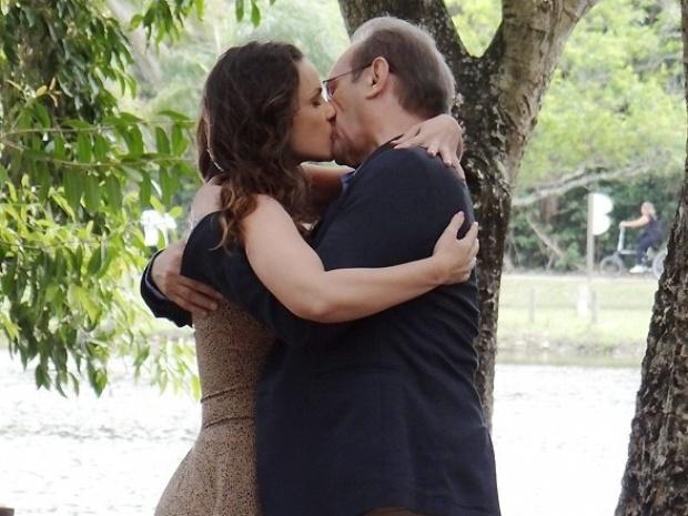 """Em """"Amor à Vida"""", Herbert e Gina se beijam em passeio romântico"""