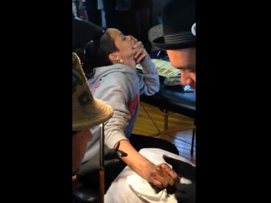Out.2013 - Rihanna faz tatuagem no estilo tradicional Maori, com cinzel e martelo