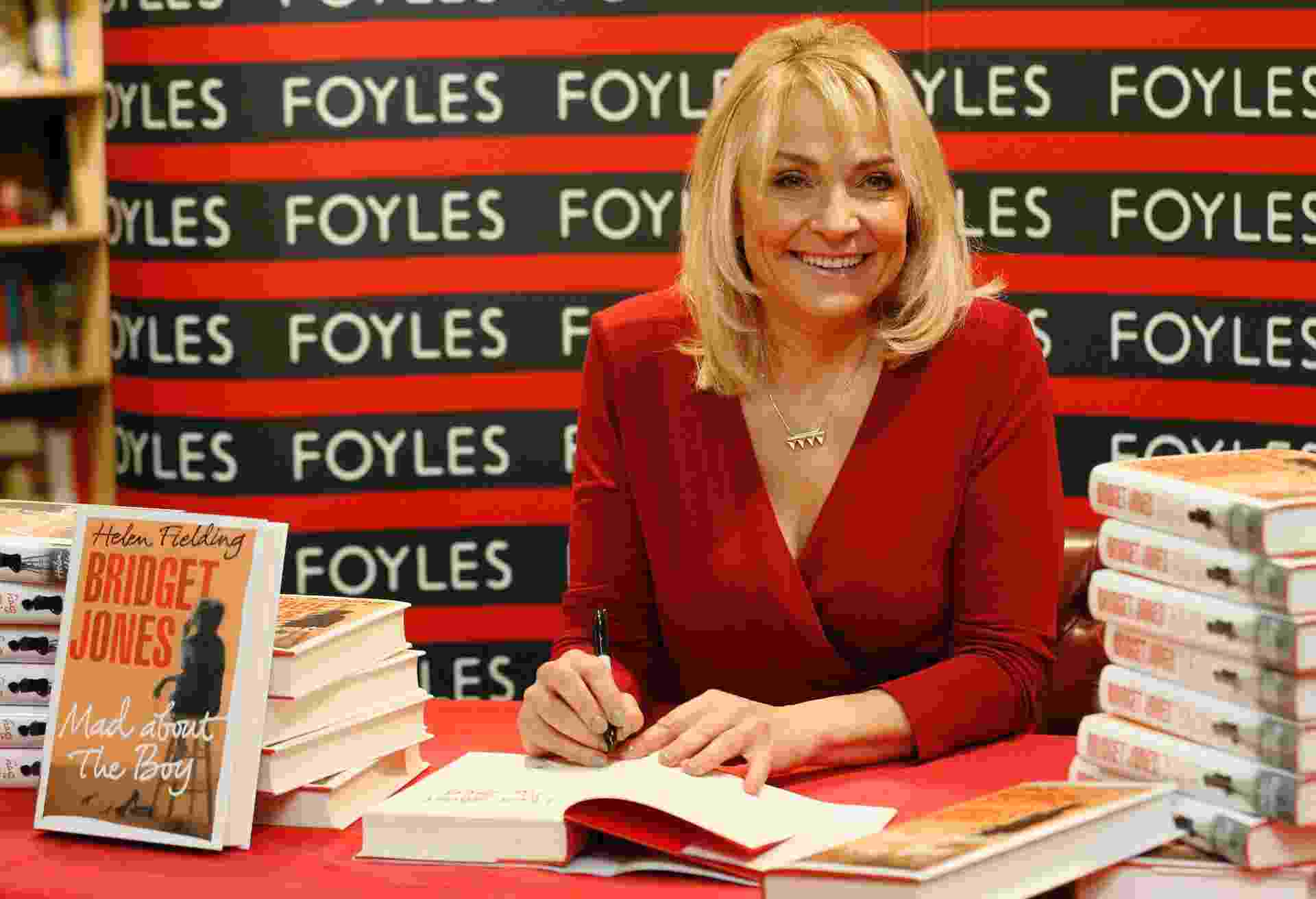 """10.out.2013 - A autora Helen Fielding atende os fãs durante sessão de autógrafos de seu novo livro, """"Bridget Jones: Louca pelo Garoto"""", em uma livraria no centro de Londres - REUTERS/Luke MacGregor"""
