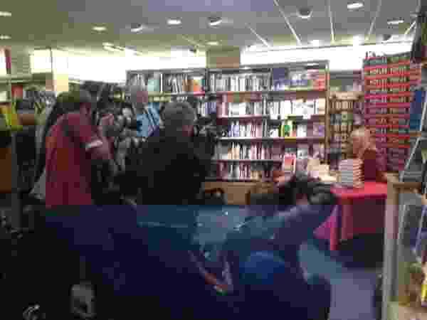 10.out.2013 - A criadora de Bridget Jones, Helen Fielding, atende fãs na livraria Foyles, em Londres - Reprodução/Twitter
