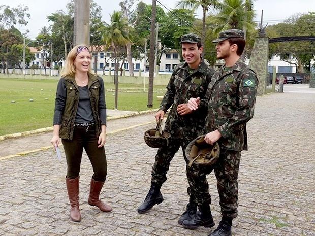 10.out.2013 - Anderson Di Rizzi e Klebber Toledo exibem fardas militares ao lado de Angélica para o