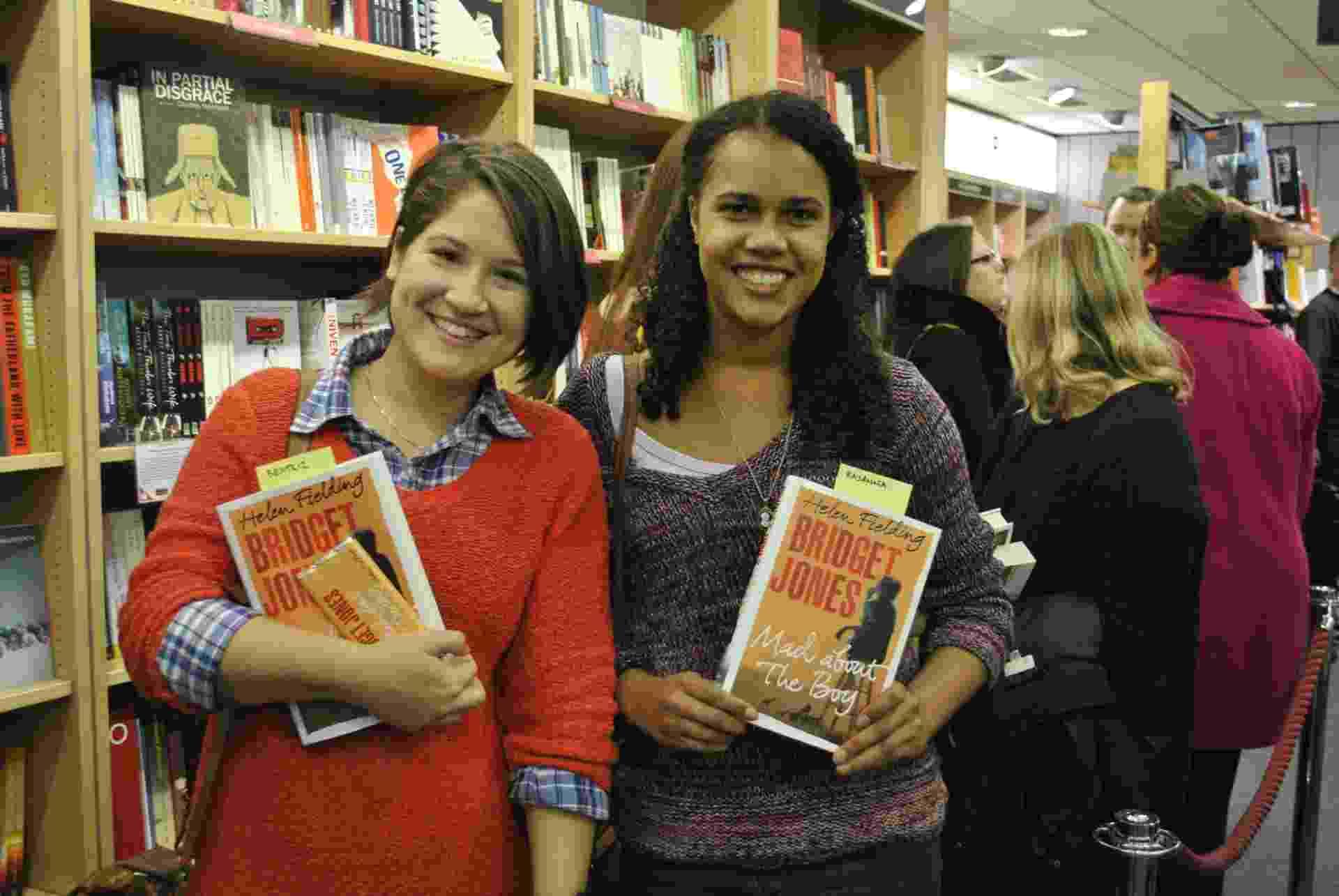 10.out.2013 - As estudantes brasileiras Rayanna Pereira e Beatriz Fontenele estavam entre as primeiras da fila da sessão de autógrafos em Londres - Claudia Silveira/UOL