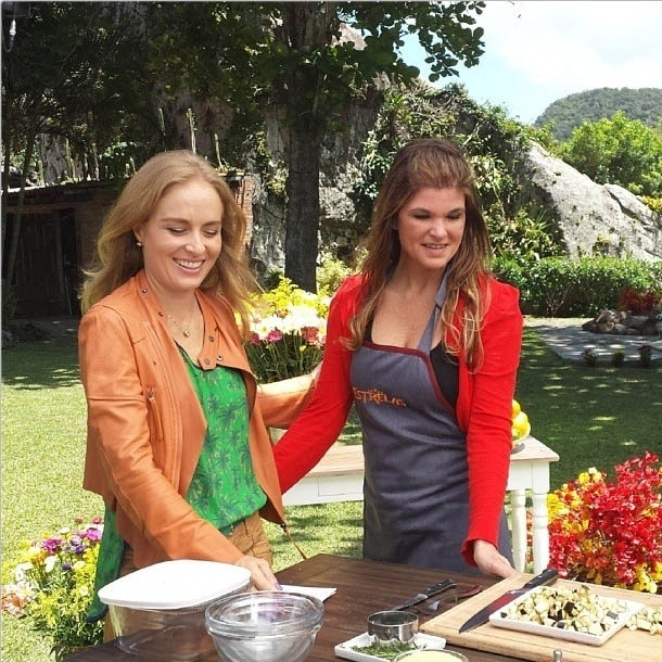 10.out.2013 - Cristiana Oliveira ensina receita de peixe para Angélica