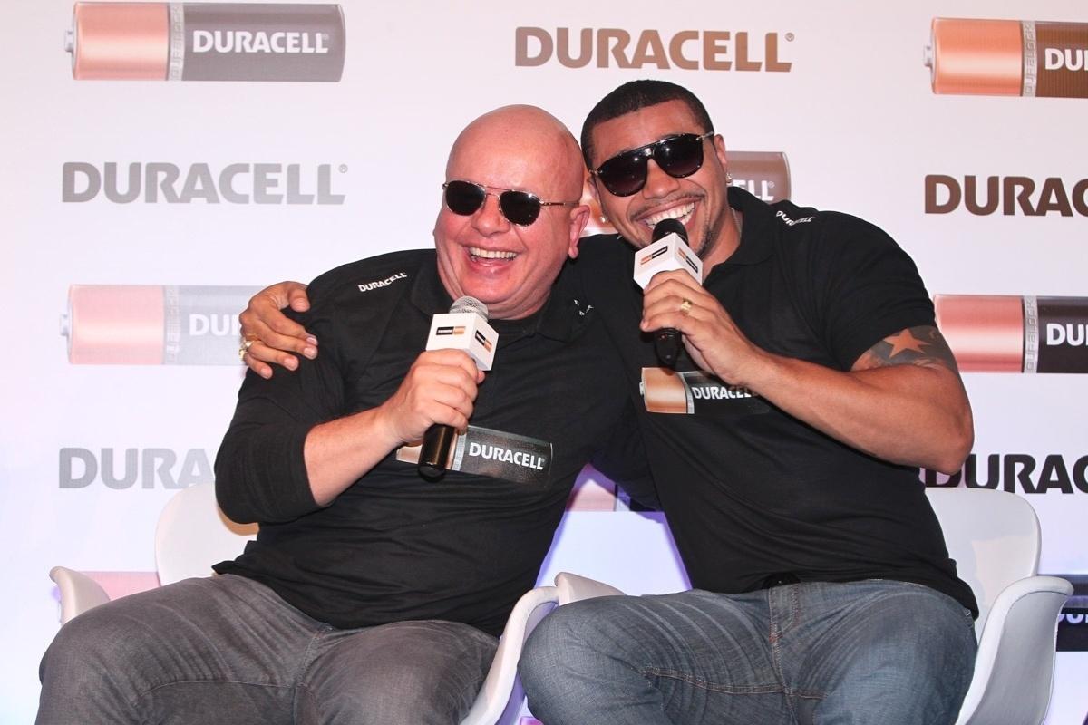 10.out.2013 - Marcelo Tas e Naldo se abraçam durante em evento em São Paulo