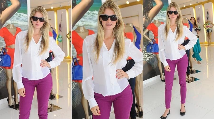 """10.out.2013 - Nova milionária da praça, Bárbara Evans visitou uma loja feminina nesta quinta em São Paulo. A modelo foi a vencedora do reality """"A Fazenda"""" e ganhou o prêmio de R$ 2 milhões"""