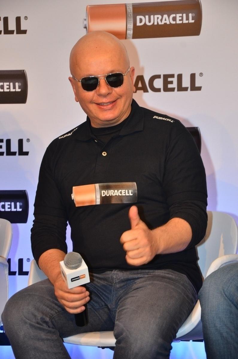 10.out.2013 - O apresentador Marcelo Tas faz 'joinha' para fotógrafo durante evento em São Paulo