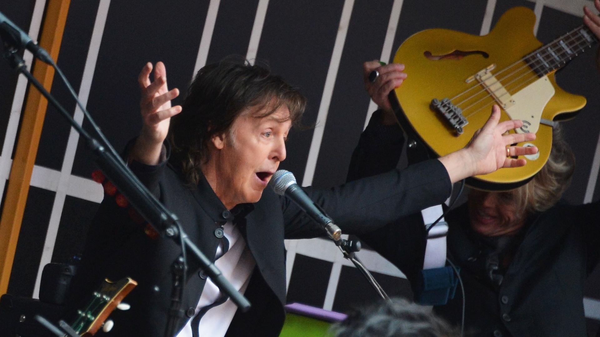 10.out.2013 - Paul McCartney faz show surpresa na Times Square, em Nova York