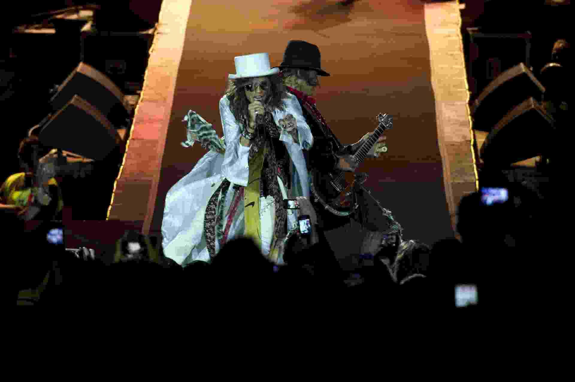 9.out.2013 - Aerosmith faz show em Montevidéu, no Uruguai. Depois de se encontrar com José Mujica e presenteá-lo com uma guitarra autografada, a banda teve a presença do presidente na plateia do show no estádio  Centenário - Pablo Porciuncula/AFP