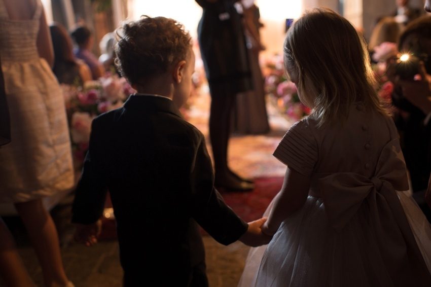 Daminha e pajem em making off de casamento