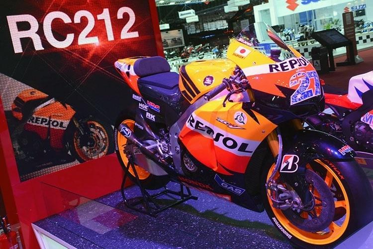 Destaque no estande, motocicleta utilizada por Casey Stoner na temporada 2012 da MotoGP