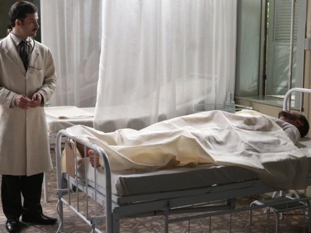 """Em """"Joia Rara"""", desconhecido dá entrada no hospital e pergunta por Dália"""