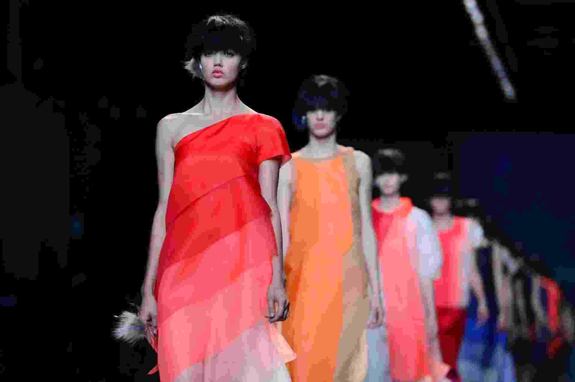 O desfile da Fendi, em Milão, também teve modelos usando perucas com corte de cabelo tigelinha estilizado - Olivier Morin/AFP